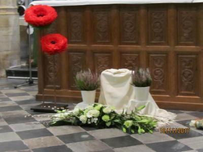 Versiering van het altaar door Parochieploeg